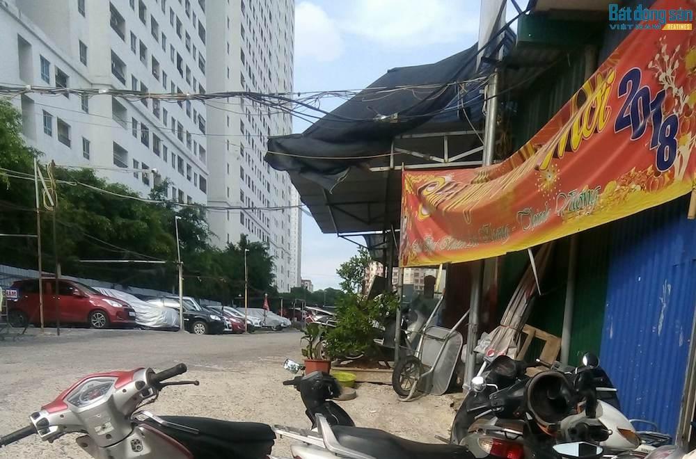 Tại khu chung cư HH Tây Nam Linh Đàm (phường Hoàng Liệt), tình trạng đỗ xe vẫn còn diễn ra.