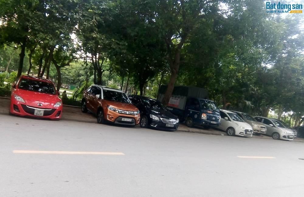 Biết là bãi bị giải toả, nhiều chủ xe đã đỗ xe cả vào làn cho người đi bộ.