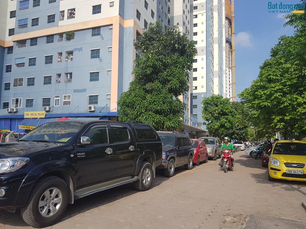 Lối vào chung cư luôn trong tình trạng ùn ứ do xe đỗ lấn chiếm hai bên lề đường, thậm chí đỗ ngay trước cửa hầm xe. Nếu hai ô tô ra vào cùng một lúc sẽ khó có thể tránh nhau, tai nạn giao thông là điều khó tránh khỏi.