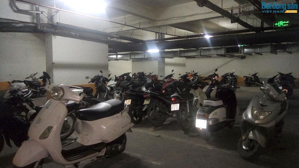 Bãi đỗ xe trong tầng hầm đã chật cứng xe máy và không có tầng hầm để xe ô tô.