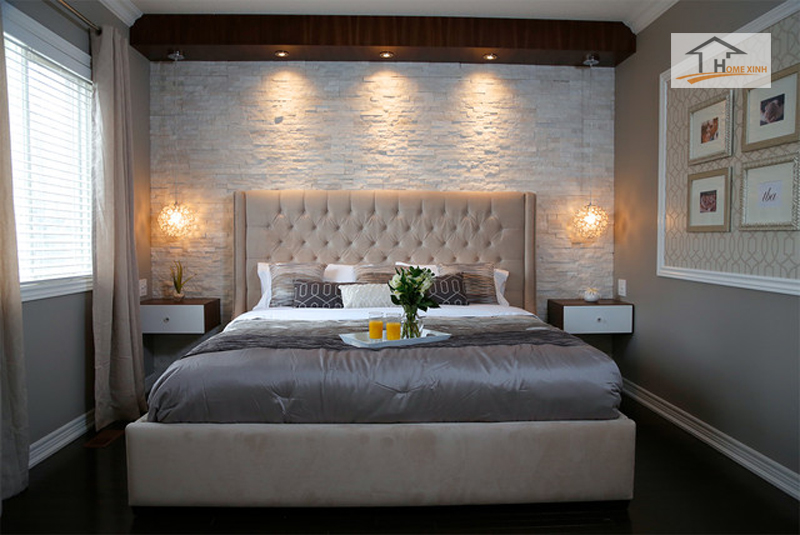 Đầu giường tựa vào tường, thành giường cách đều hai bên sẽ tạo sự vững chãi và có giấc ngủ ngon