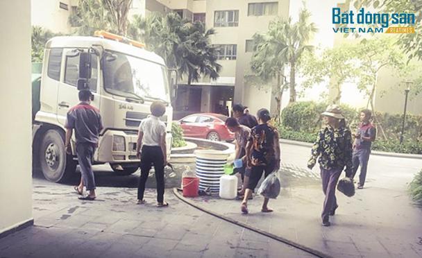Người dân của chung cư Mulberry Lane xách nước từ xe chở nước lên nhà của mình (Ảnh người dân cung cấp)