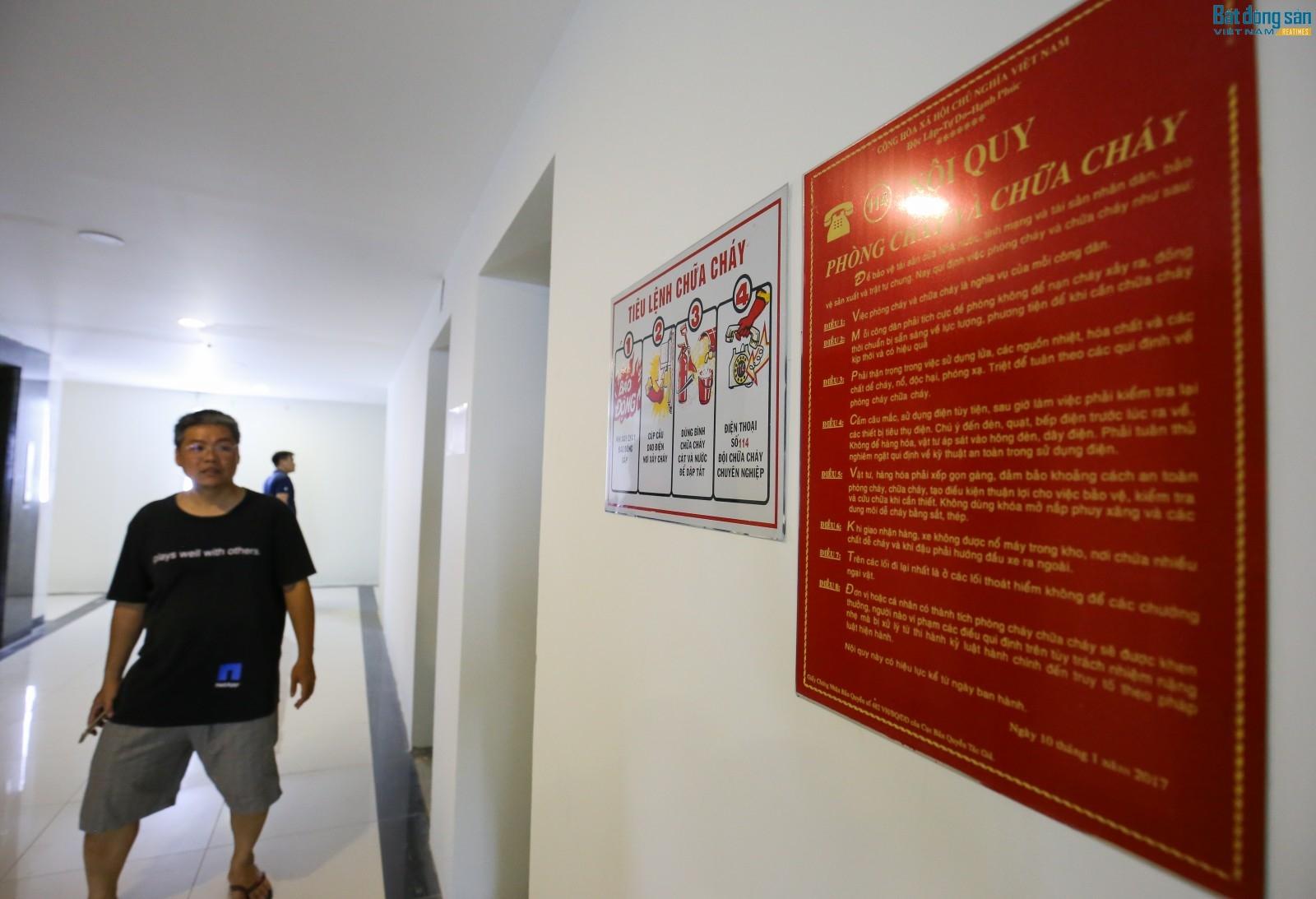 Bộ tiêu lệnh chữa cháy được gắn khắp các hành lang của các tòa nhà, tuy nhiên theo quan sát của PV thì không hề thấy tủ thiết bị chữa cháy.