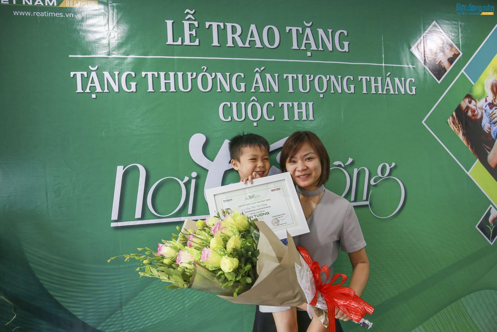Hai mẹ con chị Lục Thị Việt Hồng, tác giả của bài Em bé hạnh phúc và miền đất yêu thương