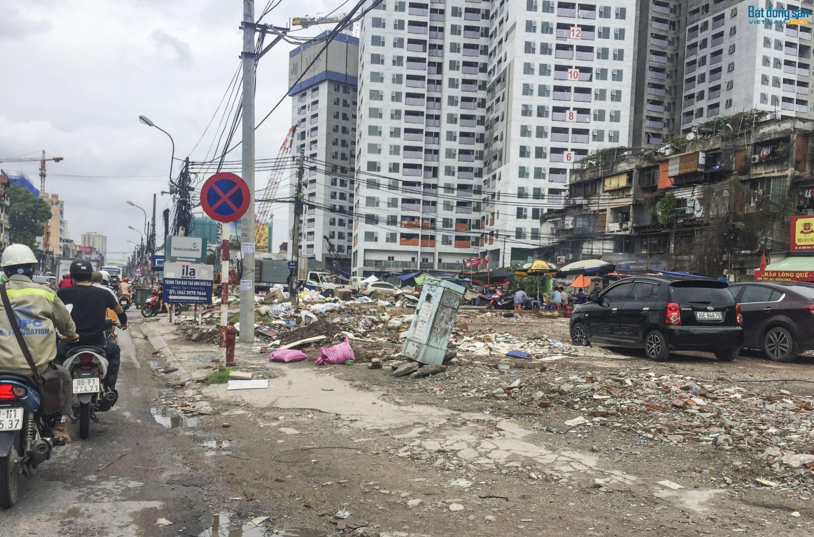 Tuyến đường Minh Khai cũng nhếch nhác không kém đường Trường Chinh, khi phế liệu xây dựng ngổn ngang