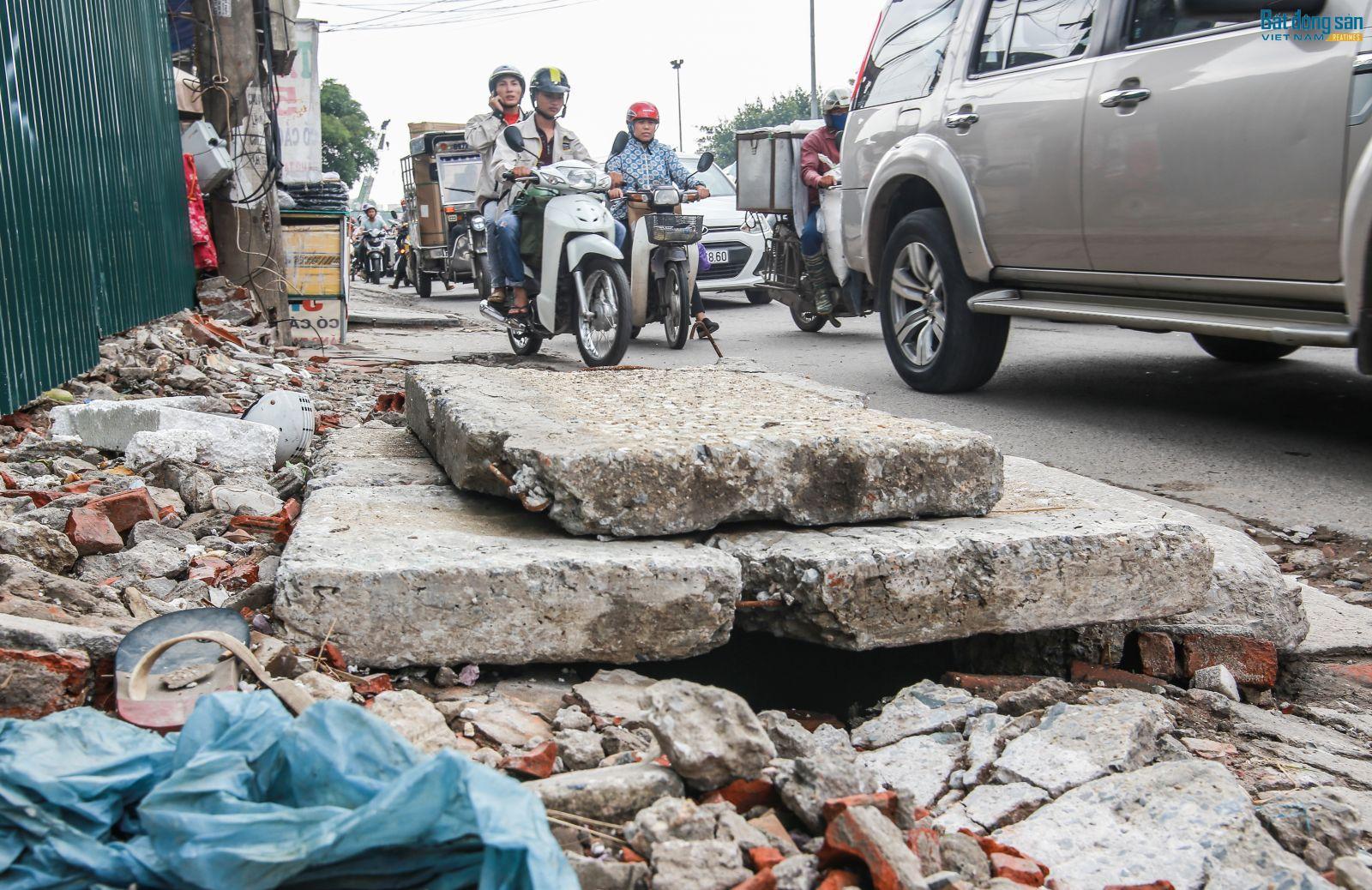 Gạch, đá, nắp cống,...ngổn ngang gây nguy hiểm cho người tham gia giao thông