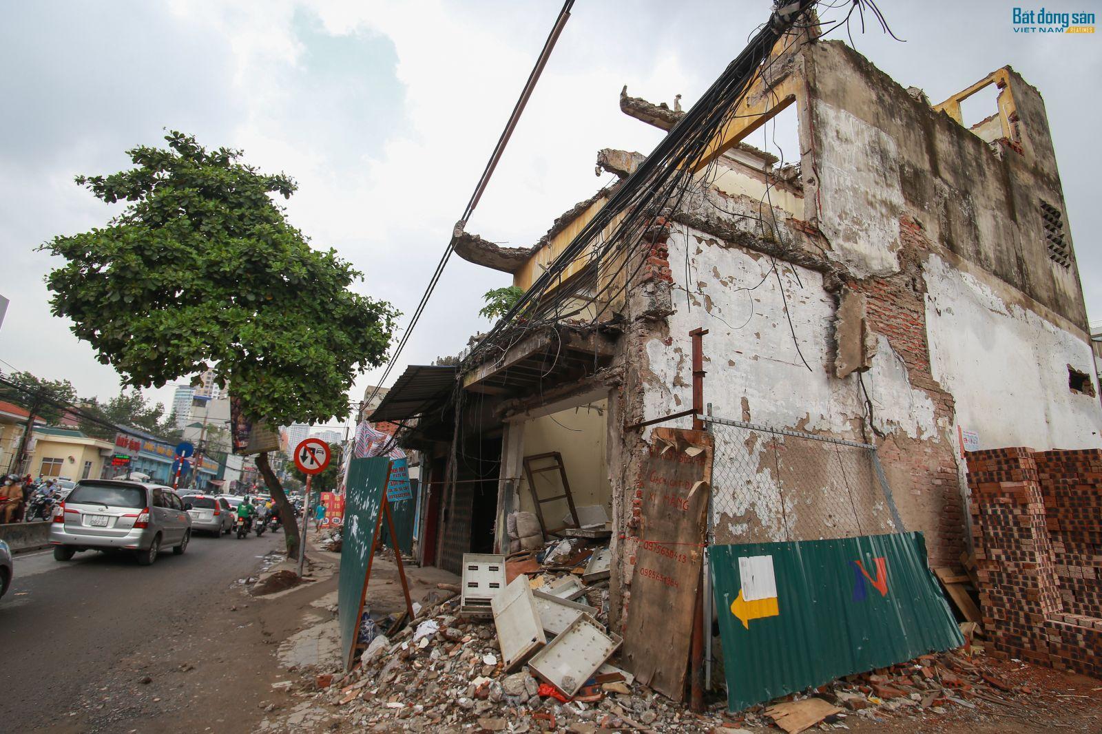 Giải phóng mặt bằng chưa xong, nhiều căn nhà mặt đường Trường Chinh vẫn trong tình trạng phá dỡ dang dở
