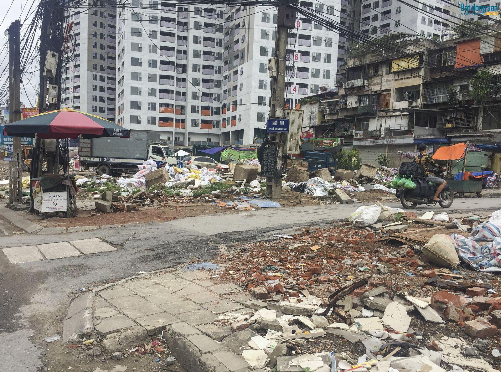 Nằm giữa trung tâm thành phố nhưng đường Minh Khai lại nhếch nhác đến mức khó hình dung