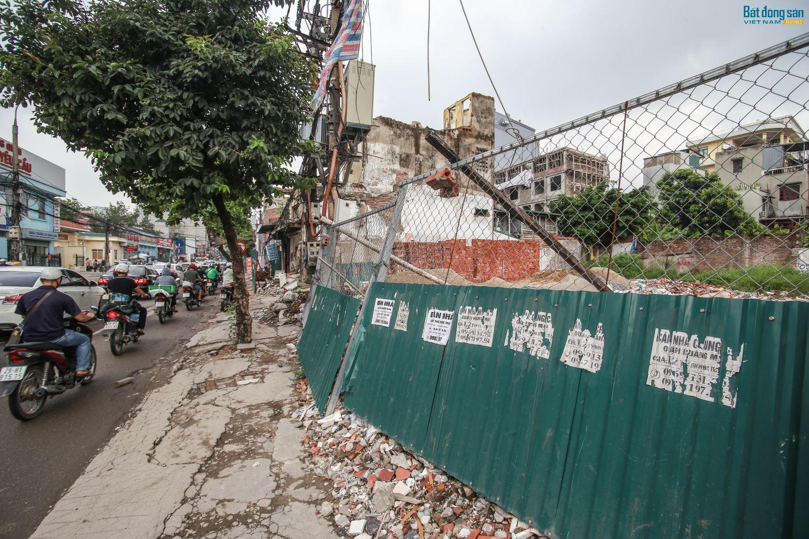 """Rác thải, phế liệu """"ngập"""" tuyến đường Trường Chinh, Minh Khai"""