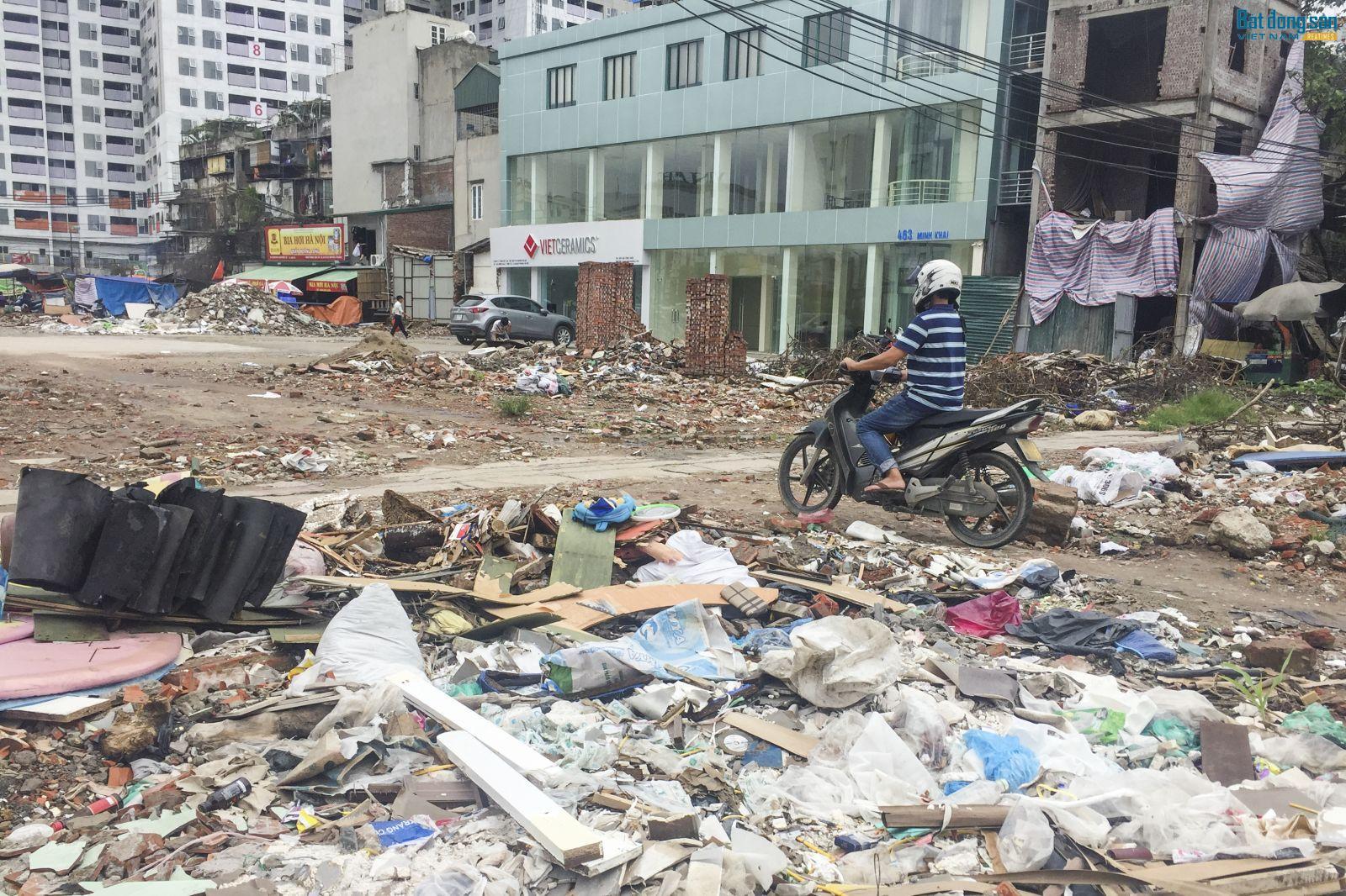 Bất chấp rác thải, phế liệu xây dựng, người dân vẫn rẽ lối để đi