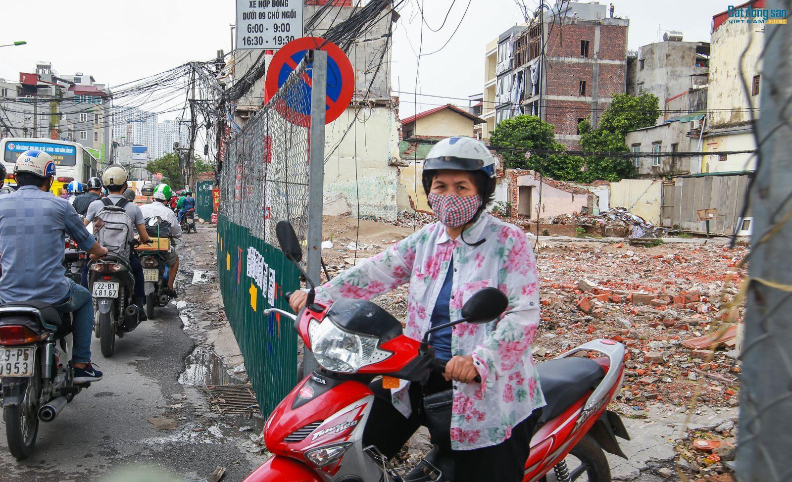 Nhiều hộ dân sống trong ngõ thường xuyên phải đi xe vượt qua khu vực giải tỏa để ra mặt đường chính