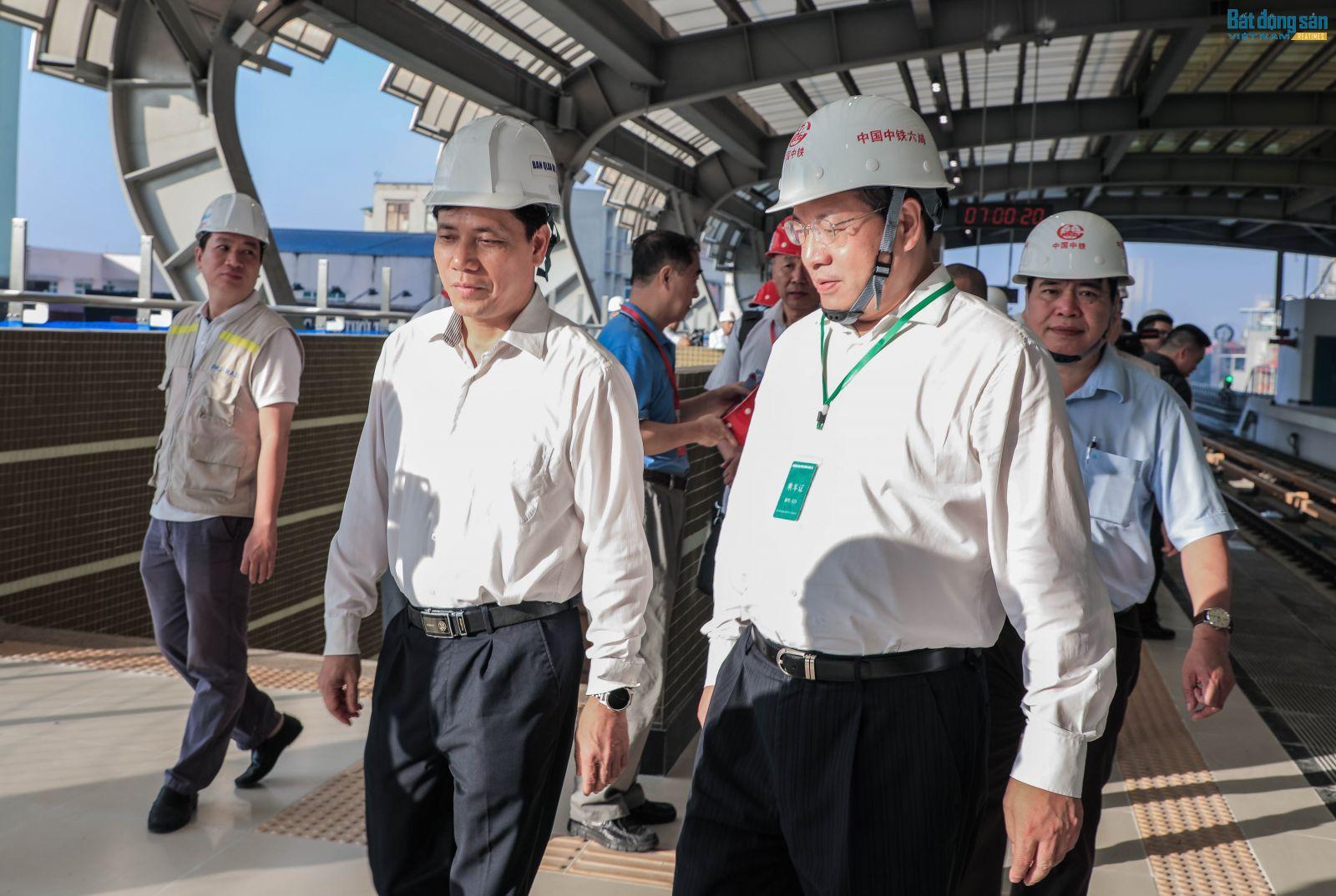 Thứ trưởng Bộ GTVT Nguyễn Ngọc Đông cùng tổng thầu Trung Quốc có mặt từ sớm.
