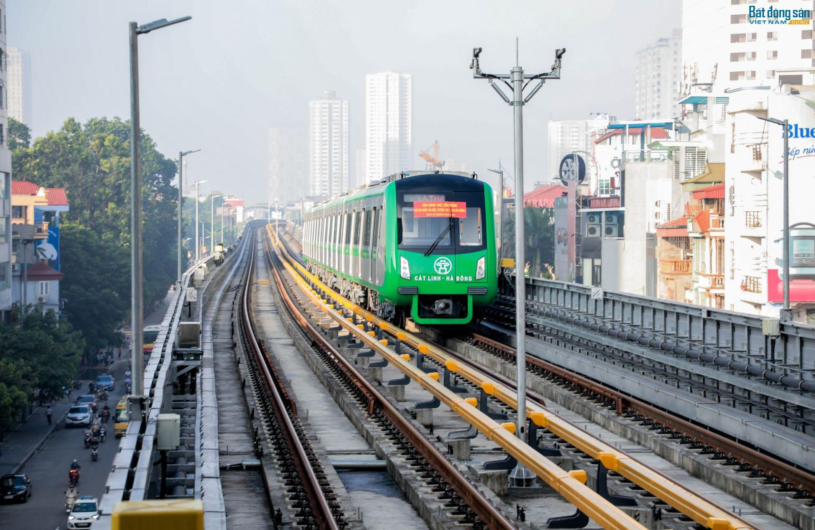 năm đoàn tàu của tuyến đường sắt trên cao Cát Linh - Hà Đông đã tiến hành chạy thử toàn tuyến.