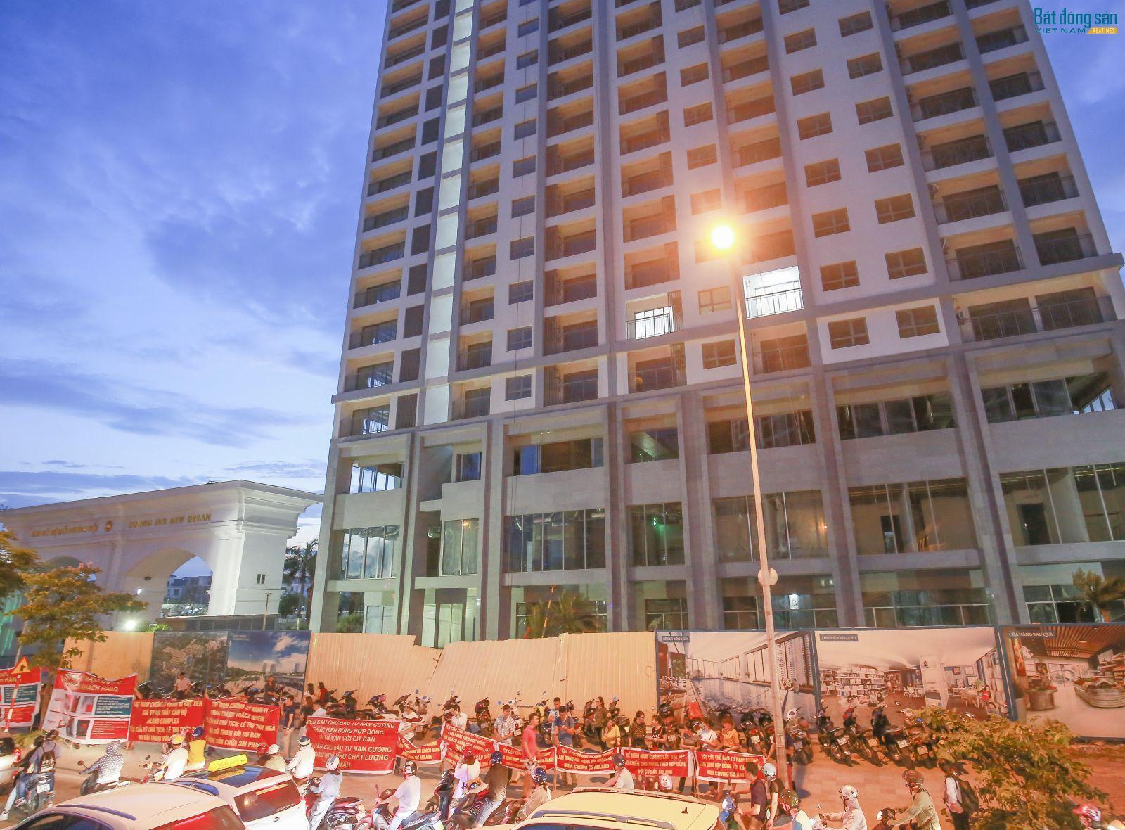 Khách hàng mua căn hộ chung cư tại Anland Complex treo băng-rôn, khẩu hiệu tố cáo chủ đầu tư Nam Cường sai phạm