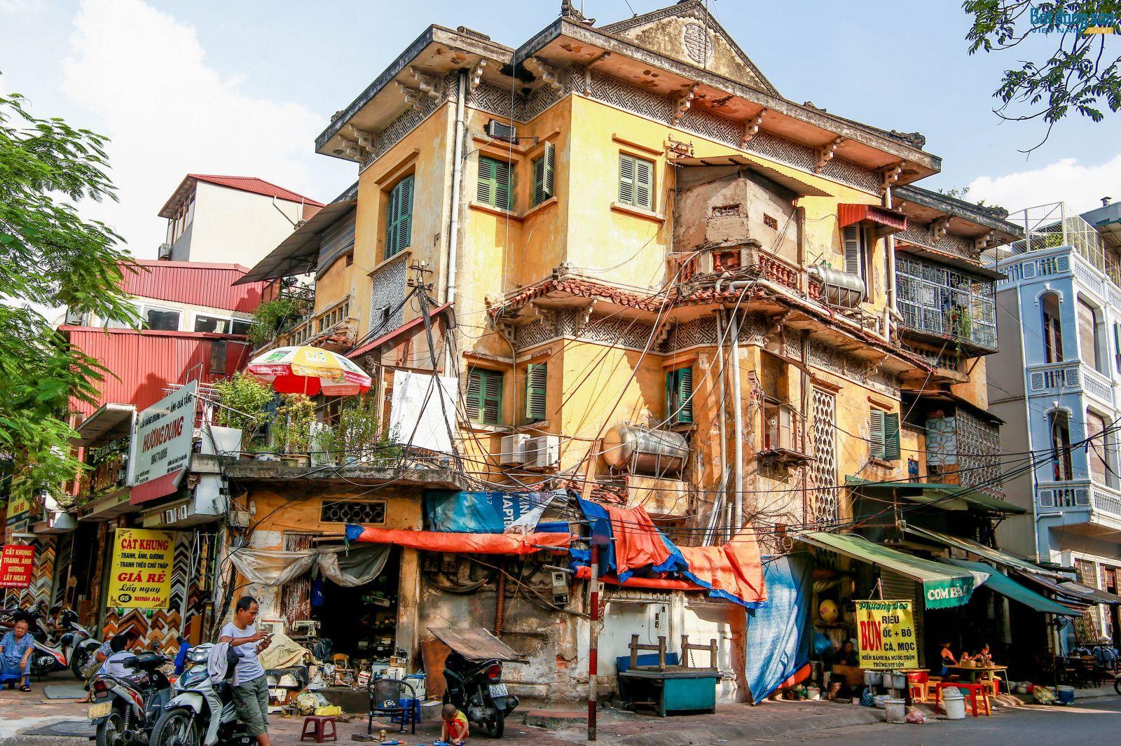 Trên địa bàn Hà Nội hiện nay có nhiều căn biệt thự xuống cấp tới mức báo động. Ảnh: Đỗ Linh.