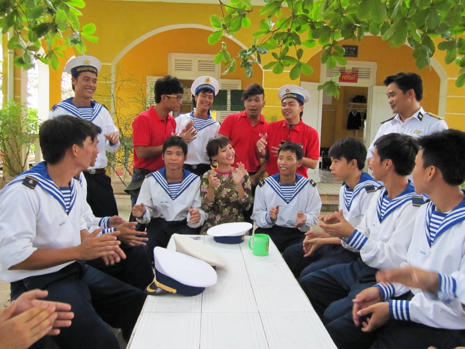 Nhóm MTV cùng ca sĩ Mai Khôi hát cùng lính đảo Sơn Ca