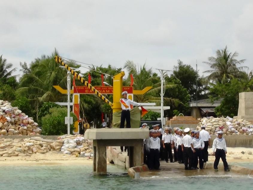 Chiến sĩ tín hiệu đảo Nam Yết ra tín hiệu cho tàu cặp cảng