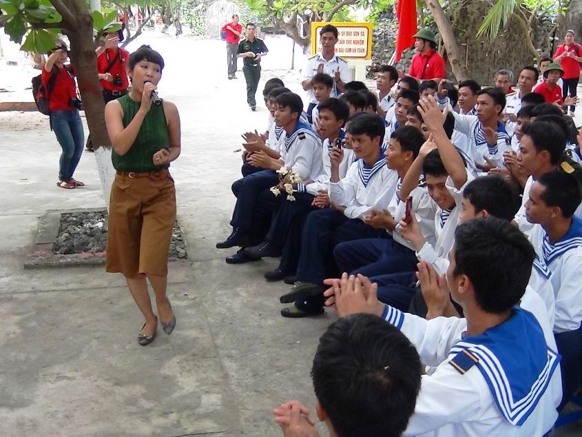 Ca sĩ Thanh Thúy hát cùng lính Sơn Ca