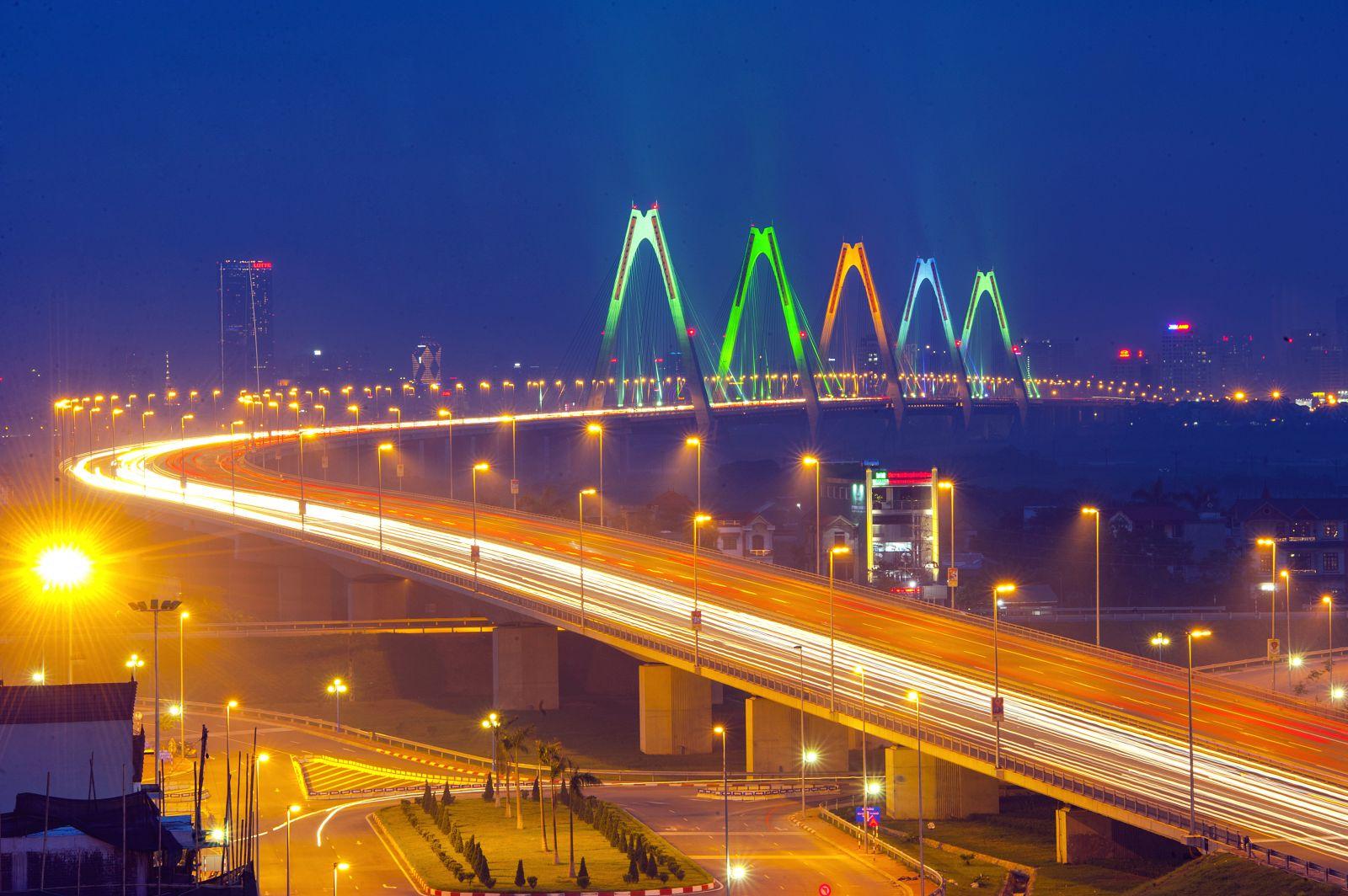Cầu Nhật Tân rực sáng với đường cong mềm mại