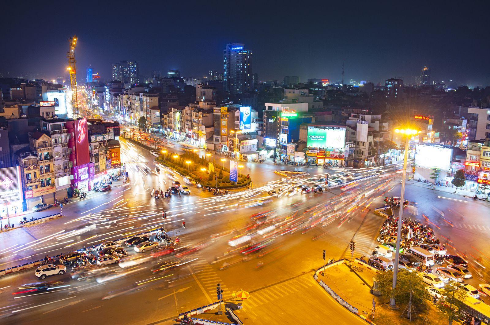 Dòng xe xuôi ngược cũng góp phần tạo nên luồng sáng kỳ ảo cho những con đường. Trên hình là ngã 4 Xã Đàn - Tây Sơn