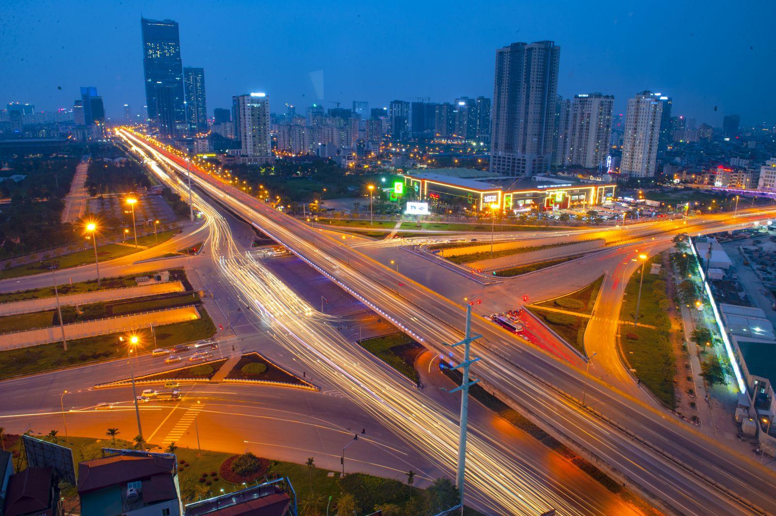 Đường vanh đai 3 cũng hiện lên lung linh với những nút giao thông lớn cùng nhiều tòa nhà cao tầng mọc hai bên