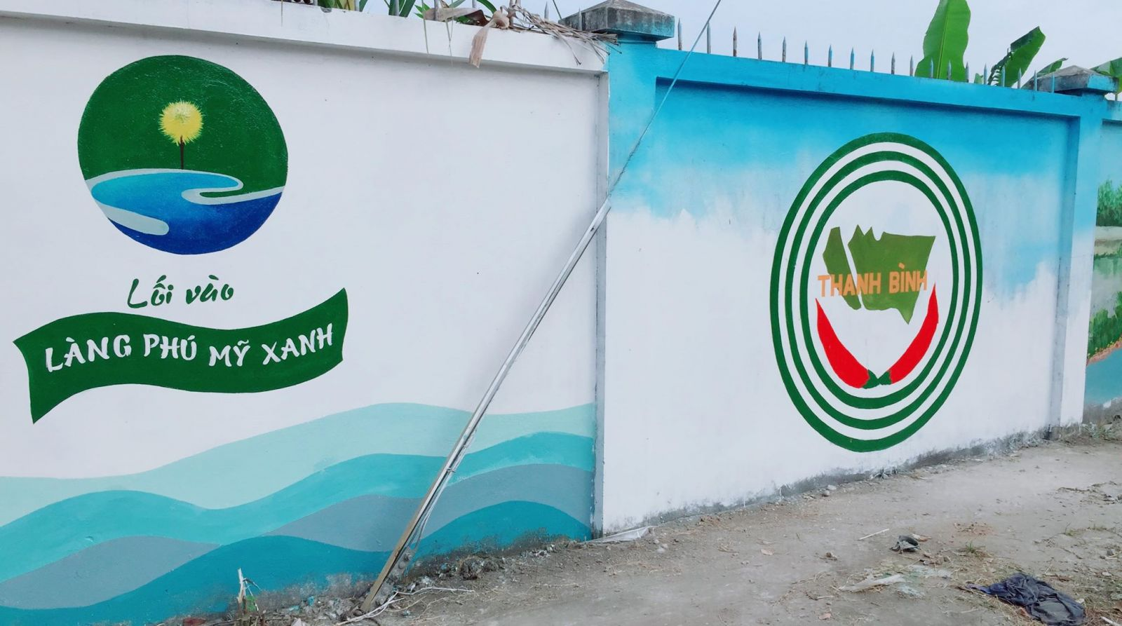 Tường tranh đẹp mắt trên đường vào cồn Phú Mỹ Xanh