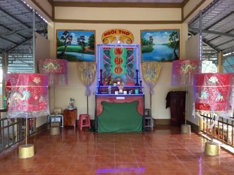 Bên trong ngôi đền thờ ông Cồn, bà Cồn