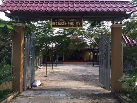 Phía trước cổng ngôi đền thờ ông Cồn, bà Cồn
