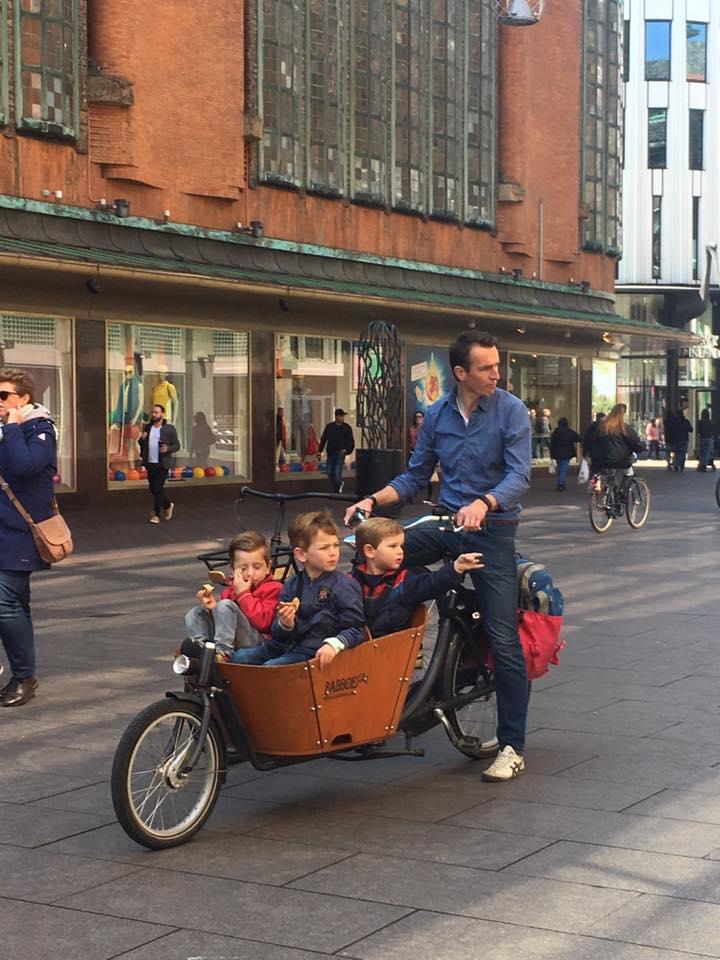 Hớn hở chạy xe đạp giữa khu ở trung tâm Den Haag, Hà Lan.
