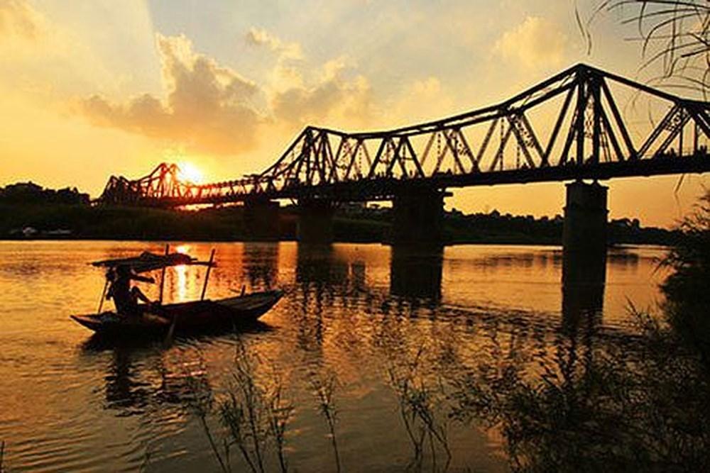 Ta đi qua cây cầu cũ kĩ hơn một trăm năm tuổi, để về nhà. Bỏ Hà Nội ở phía sau.