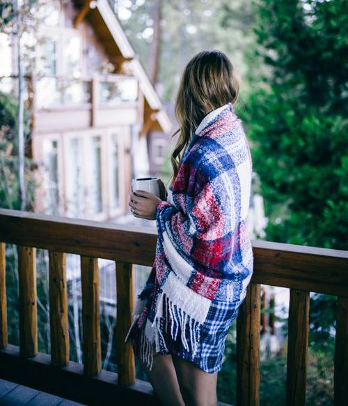 Một mình tư lự bên bậu ban công, lặng im ngắm bầu trời đêm, nghĩ về những trải nghiệm cuộc đời, nghe cơn gió mát rượi luồn vào mái tóc, thầm thì những khát khao, mơ ước... (ảnh minh họa)