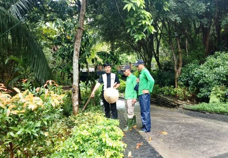 Anh Hoàng Ngọc Tuấn trao đổi với nhân viên cảnh quan về cách chăm sóc cây ở khu nghỉ dưỡng.