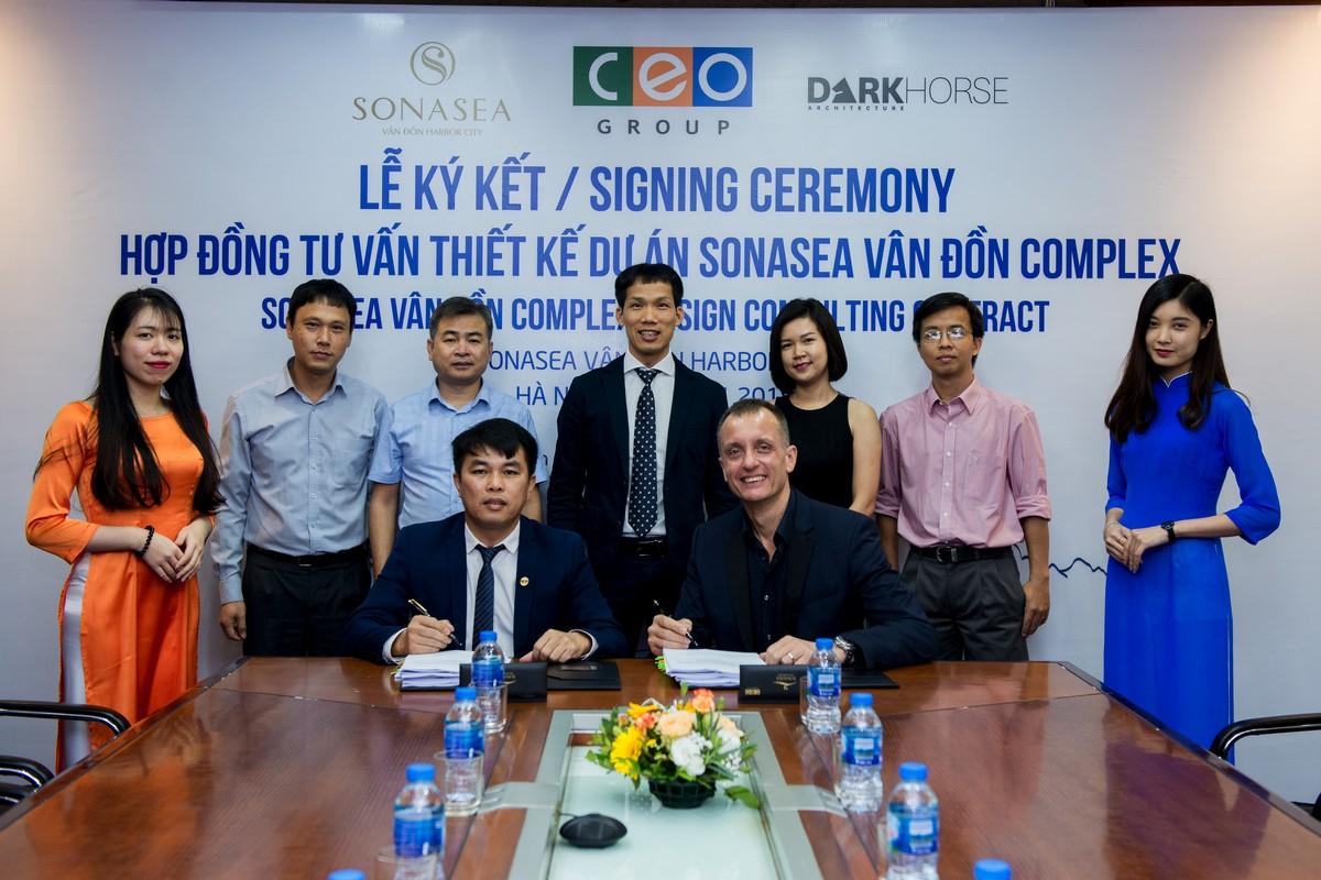 Ông Cao Văn Kiên –Tổng Giám đốc CEO Vân Đồn ký hợp đồng hợp tác cùng ông Andrew R. Frost, Giám đốc DARK HORSE Architecture.