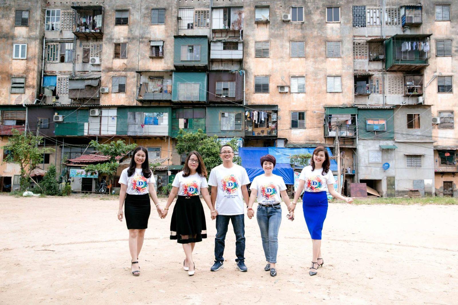 Một góc khu nhà B (chung cư Quang Trung hiện nay) và những đứa trẻ ngày xưa (nhân vật cung cấp)