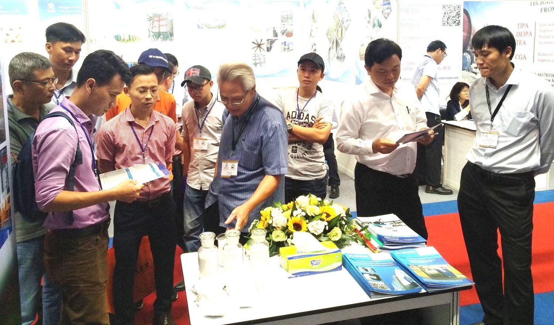 TS. Mai Văn Thanh giới thiệu với khách hàng về các tính năng của sản phẩm