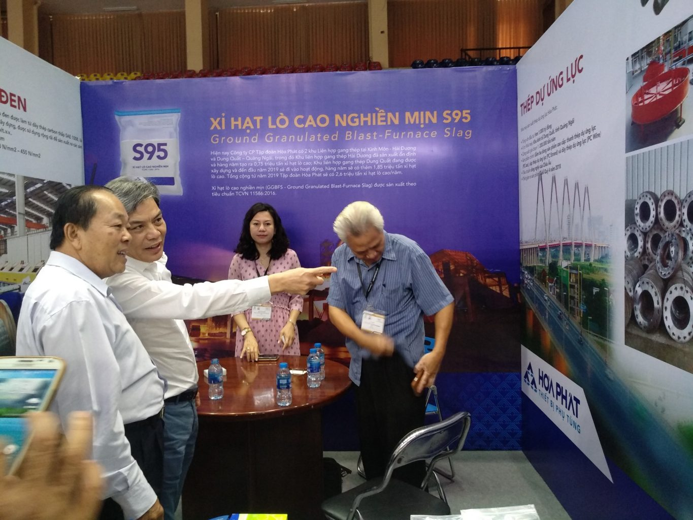 Ông Nguyễn Ngọc Quang, Giám đốc Công ty TNHH Thiết bị Phụ tùng Hòa Phát giới thiệu sản phẩm của công ty tại gian hàng