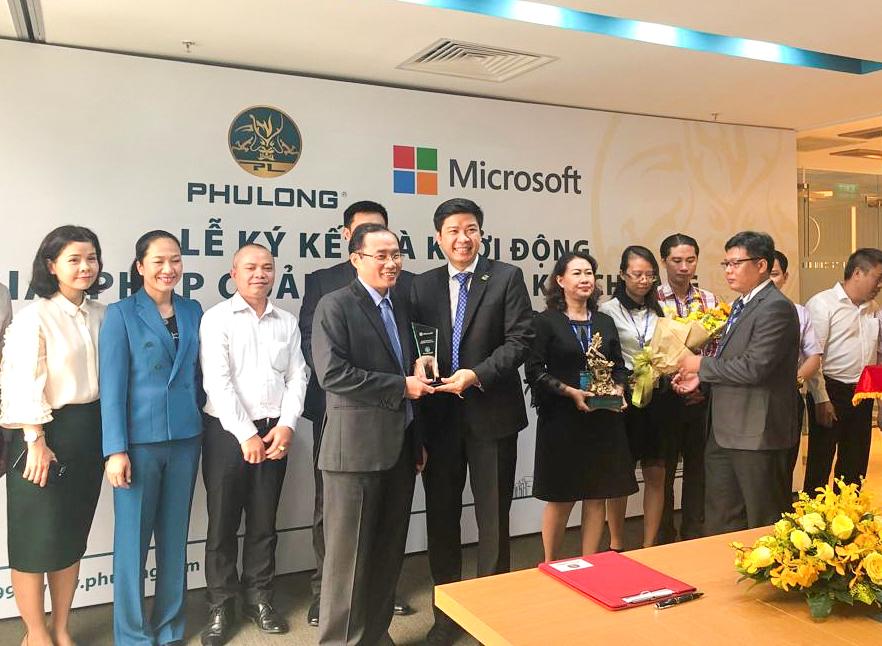 Đại diện Microsoft Việt Nam trao kỷ niệm chương cho đại diện Phú Long