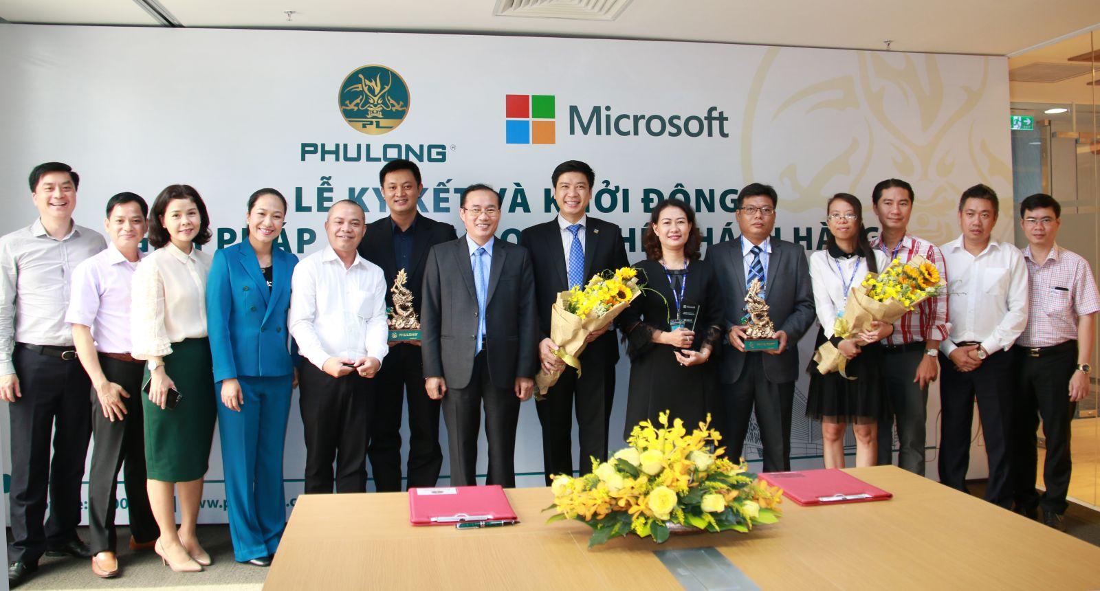 Lãnh đạo Phú Long và Microsoft Việt Nam chụp ảnh lưu niệm