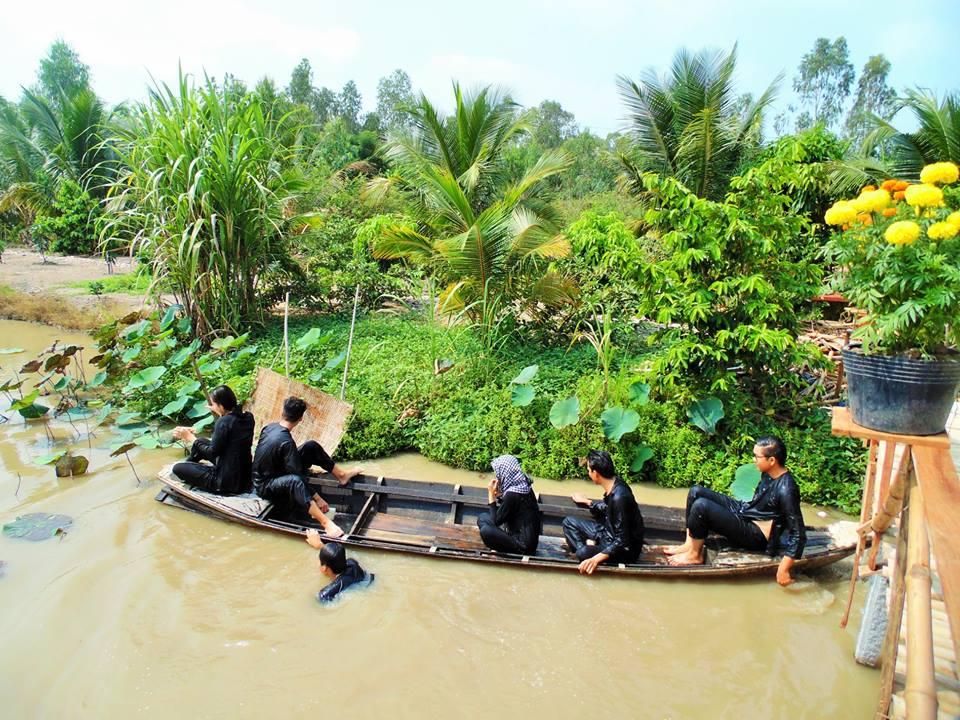 Bơi xuồng tại homestay Tư Cá Linh