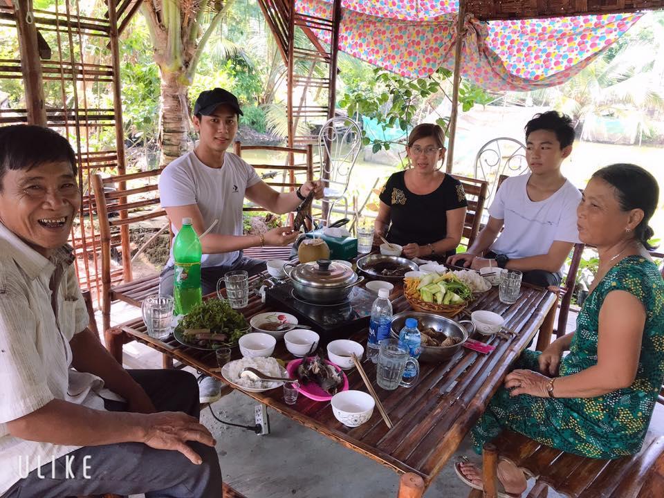 Du khách đến trải nghiệm ăn uống tại điểm homestay Sáu Lế