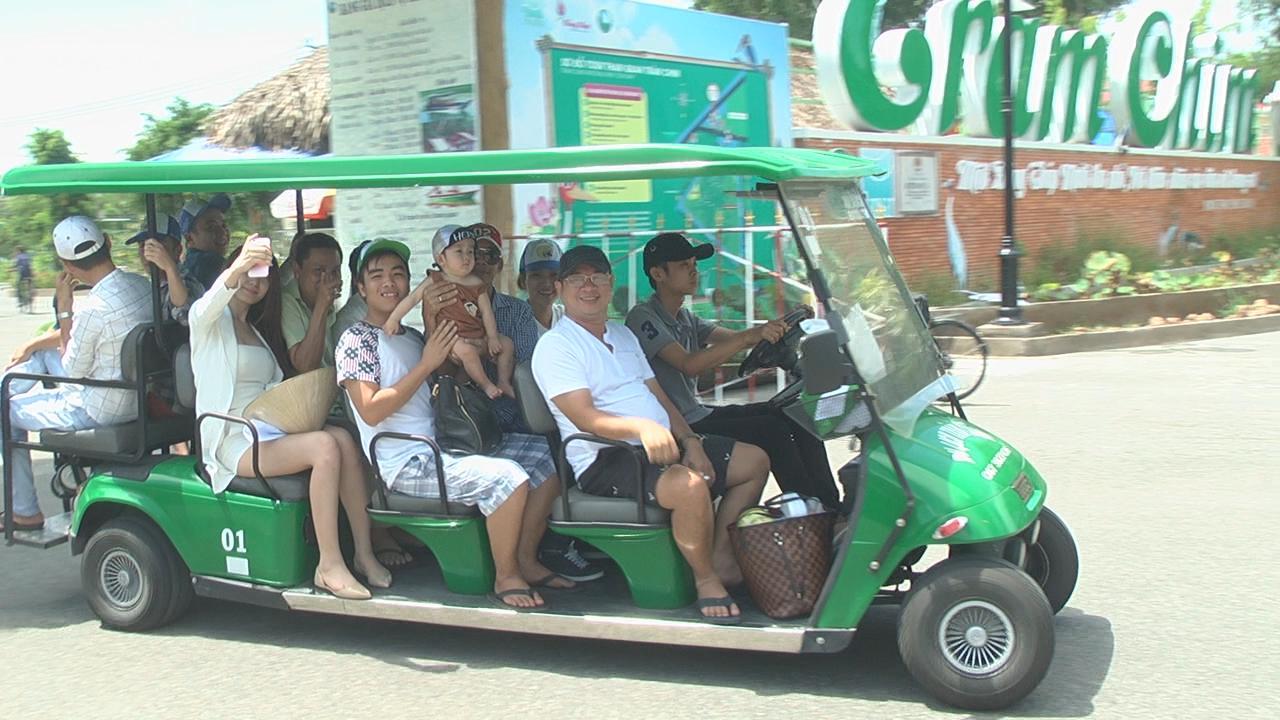 Du khách tham quan Vườn Quốc gia Tràm Chim bằng xe ô tô điện