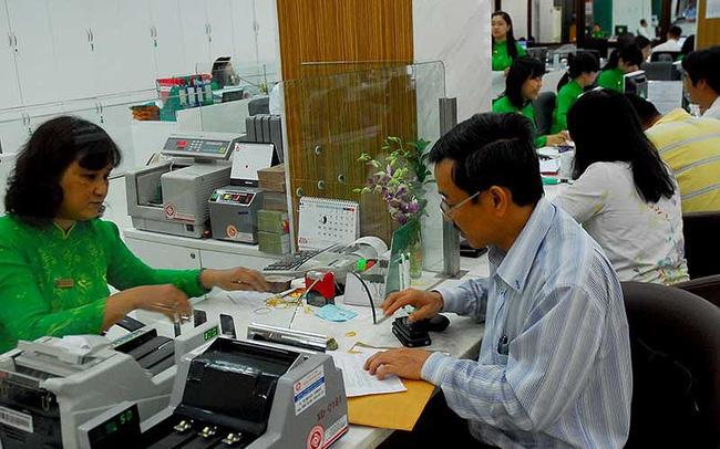 Khách hàng đang giao dịch tại Ngân hàng Vietcombank. Ảnh: HTD