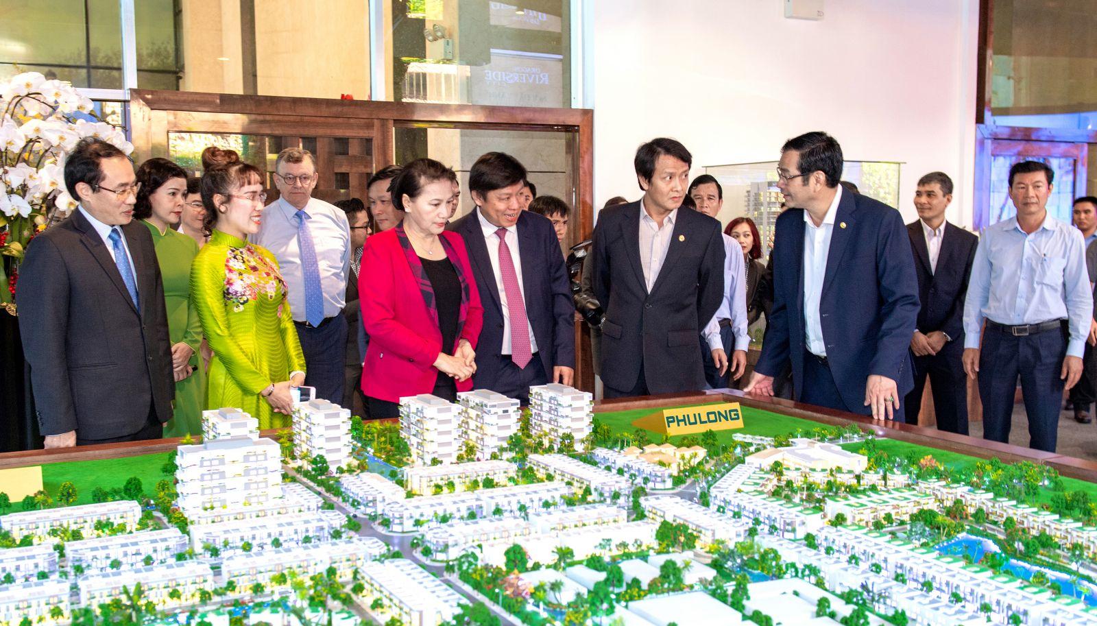 Chủ tịch Quốc hội tham quan các dự án của Phú Long tại sàn giao dịch bất động sản