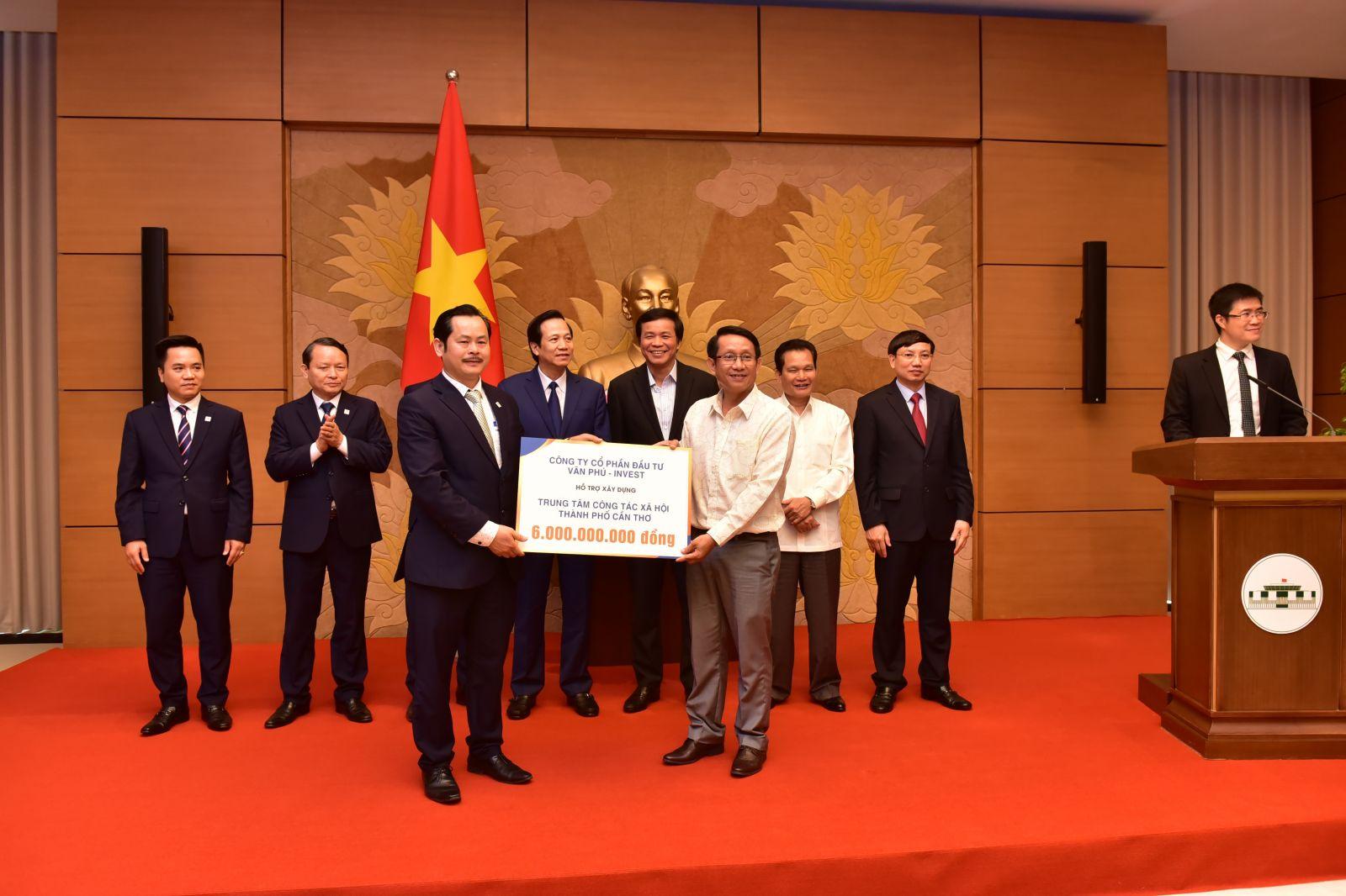 Đại diện Văn Phú – Invest trao tặng 6 tỷ đồng cho Trung tâm Công tác Xã hội thành phố Cần Thơ chuyên nuôi dưỡng trẻ mồ côi và trẻ bị ảnh hưởng của chất độc da cam/dioxin.