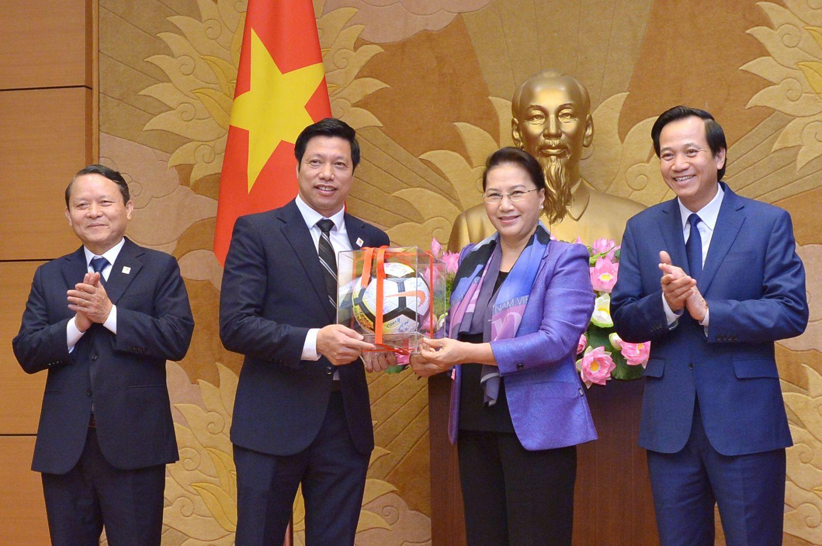 Chủ tịch Quốc hội Nguyễn Thị Kim Ngân tặng quà cho Văn Phú – Invest với những đóng góp vì cộng đồng.