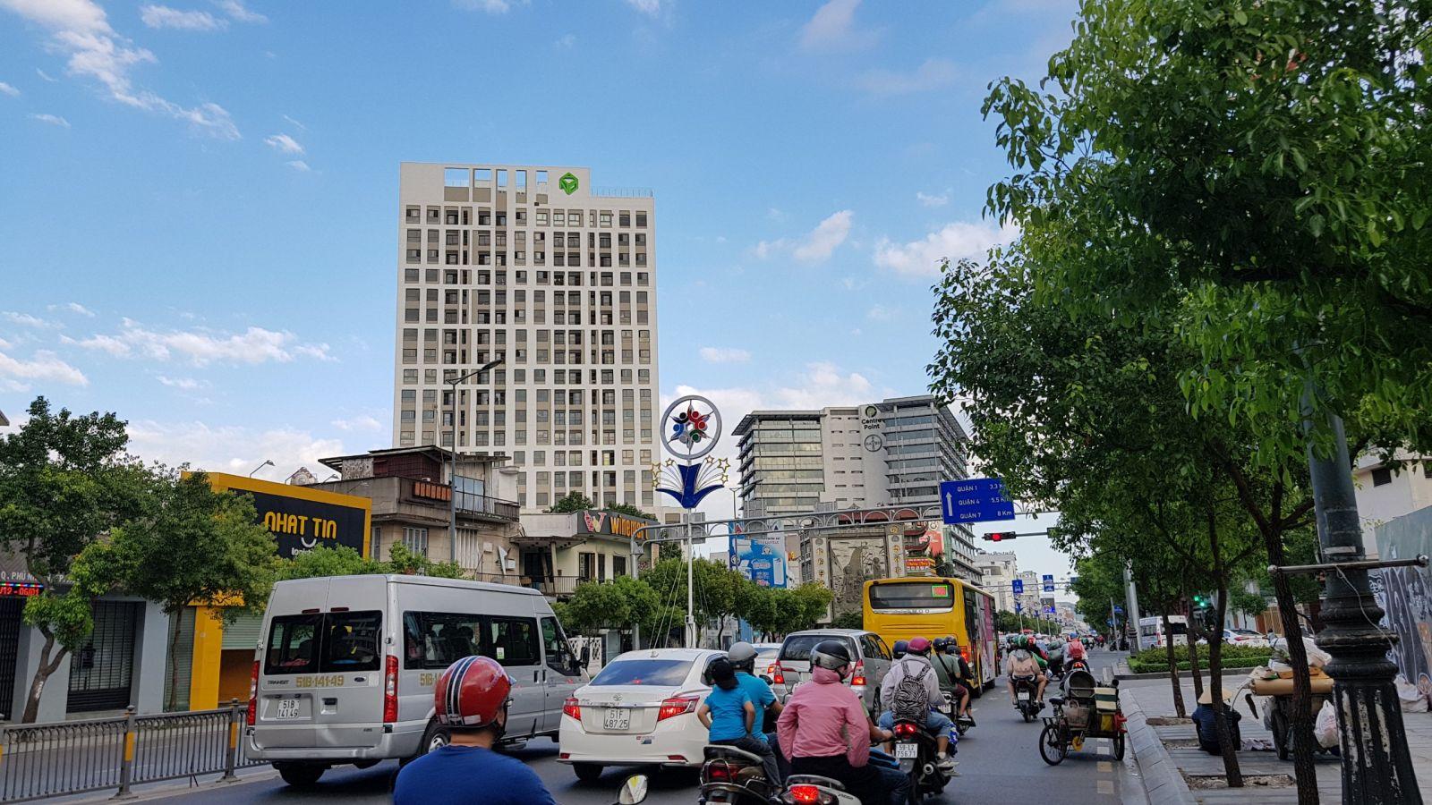 Dự án Newton Residence của Novaland nổi bật trên tuyến đường huyết mạch Nguyễn Văn Trỗi nối liền sân bay với trung tâm thành phố. Ảnh: Khổng Chiêm.