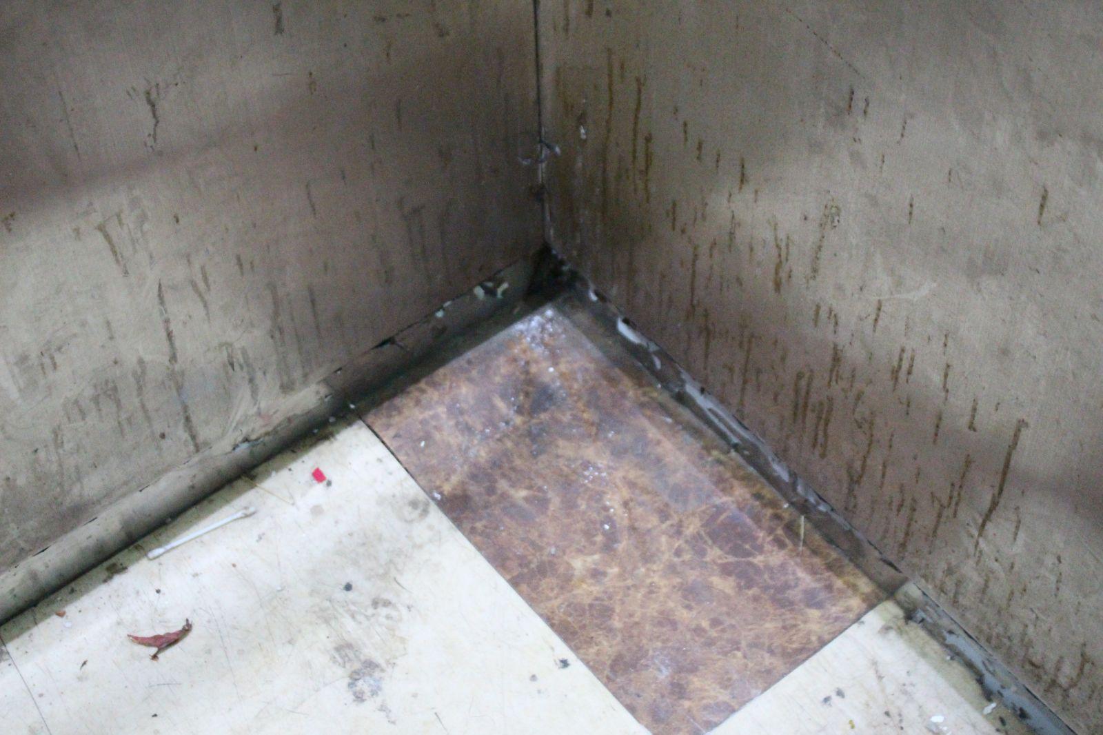 Thang máy bị ngấm nước không hoạt động.