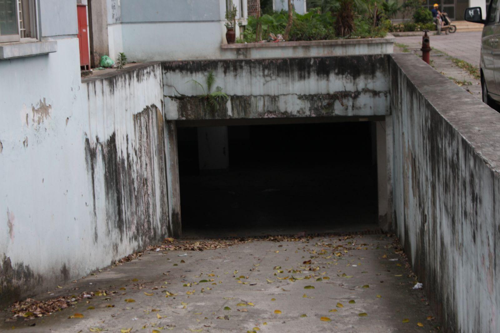 Hầm để xe bỏ hoang, xuống cấp.