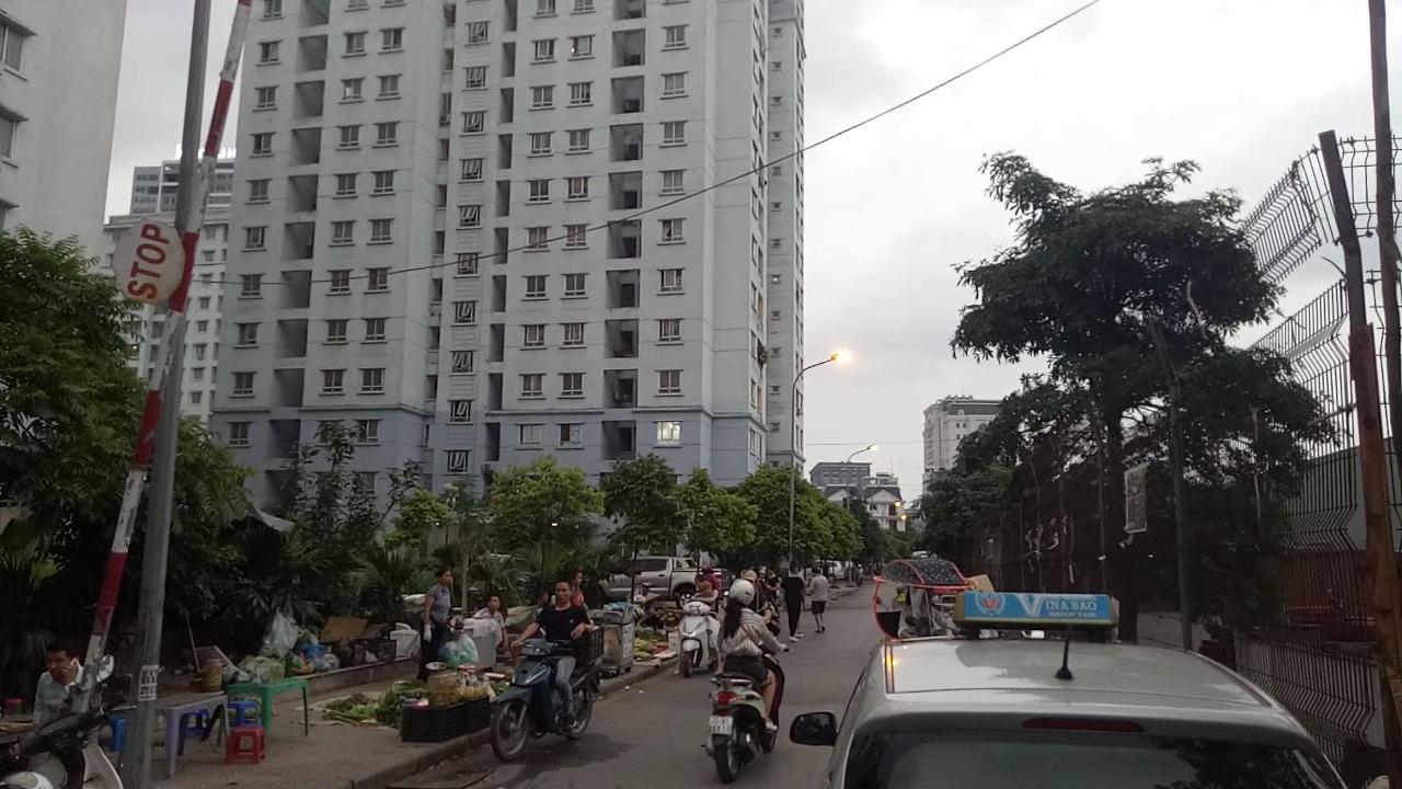 Chợ cóc hoạt động ngay tại lối ra vào chung cư.