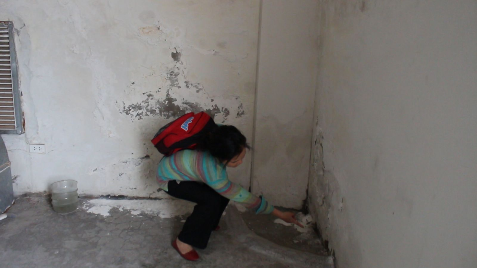 Bà Bùi Thị Hằng chỉ cho phóng viên tình trạng xuống cấp của tòa nhà.